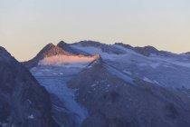 Glaciar de Pisgana y picos rocosos - foto de stock