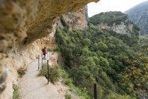 Жінка, походи в гори Taygetos — стокове фото