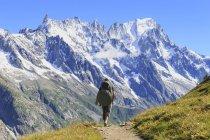 Hiker runs along trail — Stock Photo