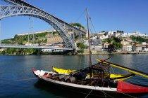 Boot auf dem Fluss douro — Stockfoto