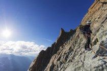 Grimpeur sur south ridge de Dent Blanche, Alpes suisses, Suisse — Photo de stock