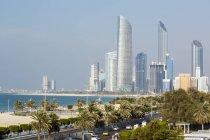 Horizonte de la moderna ciudad de Abu Dhabi - foto de stock