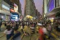 Fußgängern und Verkehr in Causeway Bay — Stockfoto