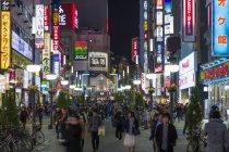 Развлекательный район Kabukicho, освещенные в сумерках — стоковое фото