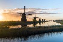 Ветряные мельницы в строке на канале — стоковое фото