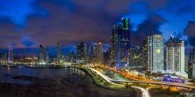 Panama City skyline iluminado al atardecer - foto de stock