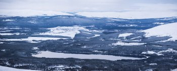 Loch Morlich covered in snow in winter — Stock Photo