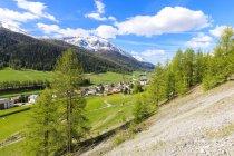 Vila Alpina, rodeada por verdes prados — Fotografia de Stock