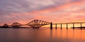 Forth Rail Bridge au lever du soleil — Photo de stock