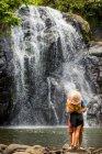 Couple kissing in front of waterfall in Savu Savu, Fiji, South Pacific — Stock Photo