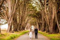 Подружня пара ходіння по сільській дорозі, Марін, Каліфорнія — стокове фото