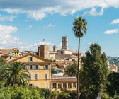 Traditional buildings and palm trees in Grasse — Stock Photo