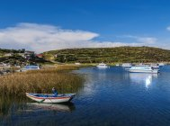 Village de Pampa de Charette, La département de la Paz, Bolivia 3 février 2017: bateaux au lac Titicaca — Photo de stock