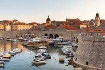 Bateaux dans le port de Dubrovnik pendant le coucher du soleil — Photo de stock