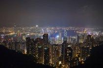Пташиного польоту на ніч Гонконг і гавань Вікторія — стокове фото