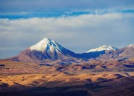 Пустелі Атакама з снігу capped гори — стокове фото