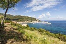 Гавань та бірюзове море — стокове фото