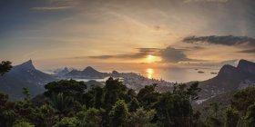 Міський пейзаж Ріо-де-Жанейро на сході сонця — стокове фото