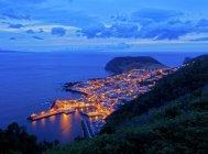 Città di Velas illuminata al crepuscolo — Foto stock