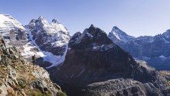 Caminhante na trilha do circuito alpino — Fotografia de Stock