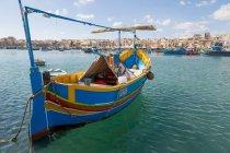 Barco de pesca tradicional brilhantemente pintado — Fotografia de Stock