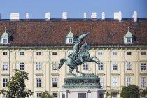 Palacio de Hofburg y estatua - foto de stock
