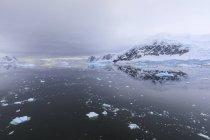 Reflexiones de montaña y glaciar - foto de stock