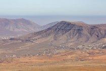 Селище і гори на вулканічний острів — стокове фото