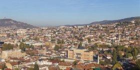 Paisaje urbano de Sarajevo con las montañas - foto de stock