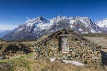 Cabana de pedra e Entova Alp — Fotografia de Stock