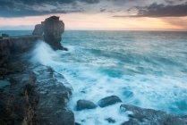 Кафедра рок та вид на море на сході сонця — стокове фото