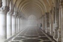 Misty Säulen mit einsamen Frau sitzend, Dogenpalast, St. Marks Platz, Venedig, Veneto, Italien — Stockfoto