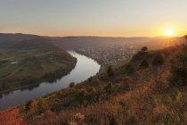 Ciclo del fiume Mosella al tramonto vicino alla città di Kroev, Renania-Palatinato, Germania — Foto stock