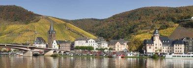 Бернкастель-Кюс город в осень, долины Мозель, Рейнланд-Пфальц, Германия, Европа — стоковое фото