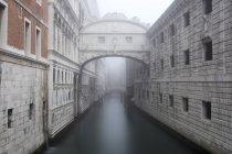 Bridge of Sighs in fog in winter, Venice, Veneto, Italy — Stock Photo