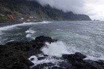 Costa salvaje cerca de Seixal, Madeira, Portugal - foto de stock