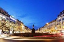 Weihnachtsbeleuchtung und Statue von Ludmila in der Nacht, Prag, Tschechische Republik — Stockfoto