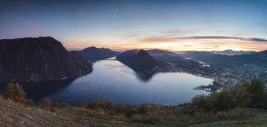 Озеро Лугано на закате, кантон Тичино, Швейцария — стоковое фото