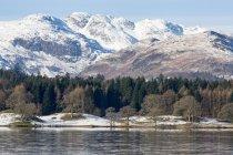 Wasser Oberfläche und schroffe schneebedeckte Berge, Nationalpark Lake District, Cumbria, England, Vereinigtes Königreich — Stockfoto