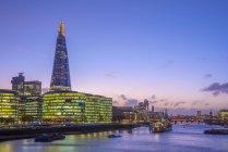 Illuminated The Shard e corridoio di città al fiume Tamigi, Southwark, Londra, Inghilterra, Regno Unito — Foto stock