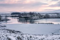 Loch Ba See im Winter bei Sonnenaufgang, Rannoch Moor, Highlands, Schottland, Vereinigtes Königreich — Stockfoto