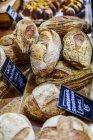 Закри хліб стояти на фермера ринку — стокове фото