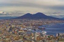 Panoramablick auf die Stadt-Blick über Hafen von Napoli mit Schiffen und Vulkan Vesuv, Neapel, Kampanien, Italien — Stockfoto