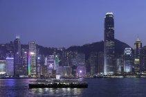 Зірка пором на гавань Вікторія в сутінках з ілюстрованих сучасних будівель на фон, острові Гонконг, Гонконг, Китай, Азії — стокове фото