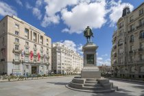 Michaeli de Gervantes Statue in Plaza de Las Cortes unter bewölktem Himmel, Madrid, Spanien — Stockfoto