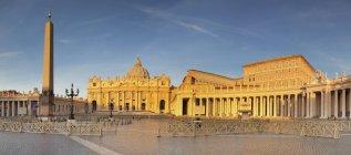 Exterior of Saint Peters Basilica in sunlight, Vatican City, Rome, Lazio, Italy — Stock Photo