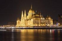 Illuminated Parliament Building and River Danube at night, Budapest, Hungary — Stock Photo