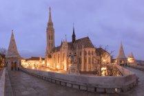 Chiesa di Matthias illuminata al crepuscolo, Budapest, Ungheria — Foto stock