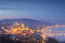 Panorama della città illuminata e Danubio al crepuscolo, Budapest, Ungheria — Foto stock