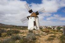 Alte Windmühle in Feld unter bewölktem Himmel, Fuerteventura, Kanarische Inseln, Spanien — Stockfoto